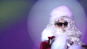 Het grappige dansen van de Kerstman op de vooravond van Kerstmis bij nachtclub stock video