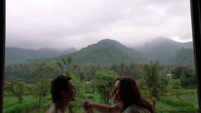 Het grappige gelukkige paar die op het balkon met mooie bergmening, mensen in liefde dansen, geniet van hun leven, emoties stock footage