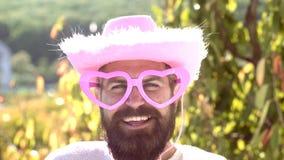 Het grappige gezicht van cowboyMake Portret van de verraste en grappige mens stock footage