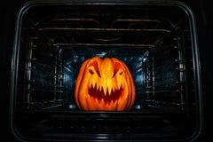 Het grappige Halloween-pompoen roosteren in een vuile oven royalty-vrije stock foto