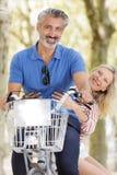 Het grappige hogere paar biking bij park royalty-vrije stock foto's
