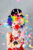 Het grappige jong geitjeclown binnen spelen royalty-vrije stock afbeelding
