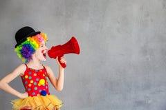 Het grappige jong geitjeclown binnen spelen royalty-vrije stock foto