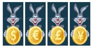 Het grappige konijn houdt symbolen van verschillende munten Euro dollar, Royalty-vrije Stock Foto's