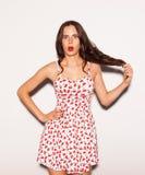 Het grappige levensstijlportret van gek meisje, emotionele en gelukkige stemming, die pret, elegante kleren en de zomer hebben kl Stock Foto's
