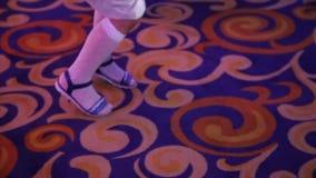 Het grappige meisje danst bij de disco stock video