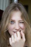Het grappige meisje knipogen Royalty-vrije Stock Foto's