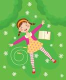 Het grappige meisje ontspannen op groen gras Royalty-vrije Stock Fotografie