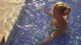Het grappige meisje spelen in zwembad Reeks van 3 video's stock videobeelden