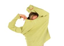 Het grappige meisje stijgt een groene sweater op Royalty-vrije Stock Foto's