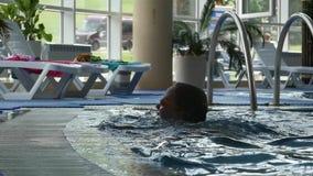 Het grappige meisje zwemt in het waterpark Langzame Motie stock videobeelden