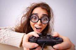 Het grappige nerdmeisje die aan computer werken royalty-vrije stock afbeelding