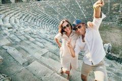Het grappige paar neemt een selfiefoto in antiquiteit amphitheatre in Kant stock foto
