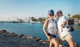 Het grappige paar neemt vakantie selfie op de overzeese baai Stock Foto's