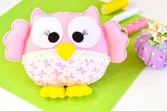 Het grappige roze voelde uil, de gemengde uitrusting van de kleurendraad, speldenkussen met spelden Naaiende uitrusting Stock Foto