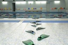 het grappige spoor van vinnen gaat naar het water in een zwembad royalty-vrije stock afbeelding