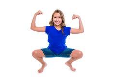 Het grappige sterke meisje van het uitdrukkingsjonge geitje overhandigt gebaar Stock Foto