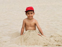 Het grappige strand van de jongen royalty-vrije stock foto
