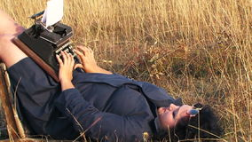Het grappige Vrouw Typen op Uitstekende Schrijfmachine die liggen