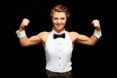 Het grappige vrouwelijke danser stellen met bicepsen het spannen Stock Foto's