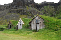 Het gras roofed huizen in IJsland als schuilplaats voor reizigers worden gebruikt die stock foto
