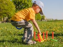 Het gras van de de jongenspret van het speljonge geitje toy royalty-vrije stock foto