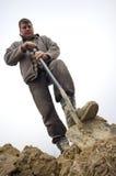 Het graven van de arbeider in de grond Royalty-vrije Stock Fotografie