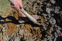 Het graven van de grond Stock Fotografie