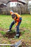 Het graven van de jongen in de grond Royalty-vrije Stock Foto