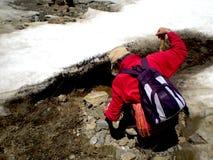 Het graven van de mens voor goud in de sneeuw Royalty-vrije Stock Foto's