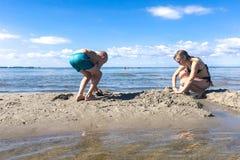 Het graven in het Zand stock foto