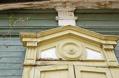 Het gravure decoratieve element van venster van het blokhuis De straten van Irkoetsk, Rusland Stock Afbeelding