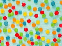 Het grenskader van kleurrijk bestrooit op blauwe achtergrond stock foto