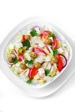 Het Griekse en Italiaanse voedsel - verse groentesalade op de lijst Royalty-vrije Stock Foto's