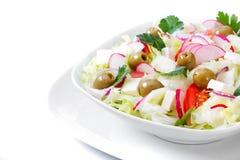 Het Griekse en Italiaanse voedsel - verse groentesalade op de lijst Stock Afbeelding