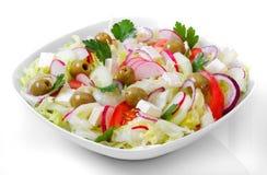 Het Griekse en Italiaanse voedsel - verse groentesalade op de lijst Royalty-vrije Stock Foto