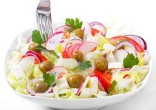 Het Griekse en Italiaanse voedsel - verse groentesalade op de lijst Stock Afbeeldingen