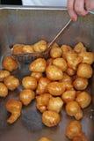 Het Griekse gebraden geroepen dessert van de honingsrookwolk loukoumathes Stock Fotografie