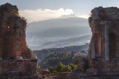 Het Griekse Theater en zet Etna, Taormina op royalty-vrije stock fotografie