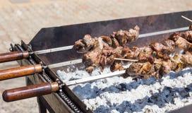Het Griekse vlees van de souvlakistijl op een vleespen stock afbeelding