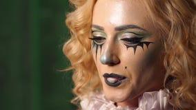 Het griezelige meisje met Halloween-gezicht kauwt gom en blaast de bel op stock footage