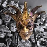 Het grijnzen Maskerademasker stock foto's