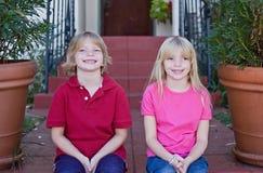 Het grijnzen Tweelingen Stock Afbeeldingen