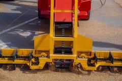 Het grijpen van korrel van asfaltoppervlakte door schrapers van de lader van de transportbandkorrel royalty-vrije stock afbeeldingen