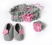 Het grijs haakt babybuiten en hoofdband met Stock Afbeelding