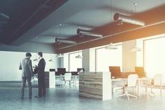 Het grijze bureau van de plafond industriële stijl, zakenlieden Stock Fotografie