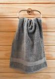 De grijze Handdoek van de Hand op de Ring van de Handdoek Royalty-vrije Stock Afbeelding