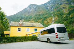 Het grijze kleuren van de Mercedes-Benz parkeren van de de minibusauto Sprinterbestelwagen toeristische Royalty-vrije Stock Afbeeldingen