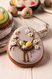 Het grijze koekje van Pasen met paaseieren stock afbeelding
