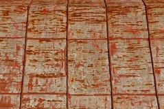 Het grijze oude ijzer is rood op het dak van landelijk woningshuis stock afbeeldingen